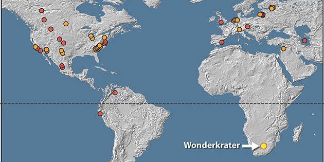 Die Karte weist 54 Orte mit geologischen Hinweisen auf die Jüngere Dryas aus. Orangefarbene Kreise stellen 28 Orte mit einem hohen Anteil an Platinum (Pt) und anderer für Einschläge charakteristischer Elemente und Mineralien, sowie einen hohen Anteil von Eisen-haltigen Sphärulen auf. Rote Kreise markieren 24 Orte mit für Einschläge zwar charakteristischen Elementen, jedoch ohne Pt-Messungen. Der gelbe Kreis markiert Pilauco. Copyright/Quellen: Kennett et al.; 2019 / Nature Scientific Reports (erweitert um den Fundort Wonderkrater in Südafrika durch Francis Thackeray/Wits University)