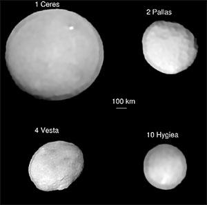 Abbildungen der Zwergplaneten Ceres, Vesta, Pallas und Hygiea auf der Grundlage des SPHERE-Daten sowie mit der zum Richtwert von 100 Kilometern entsprechenden relativen Größenangabe der Objekte. Copyright/Quelle: ESO/P. Vernazza et al./MISTRAL algorithm (ONERA/CNRS) / Nature Astronomy, 2019