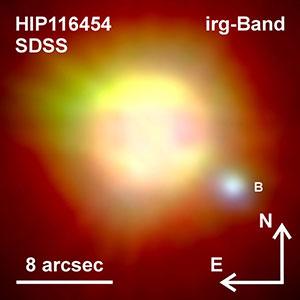 """Der rund 200 Lichtjahre von der Erde entfernte Planetenmutterstern """"HIP116454"""" im Sternbild Fische wird von einem wesentlich leuchtschwächeren Weißen Zwerg (B) begleitet Copyright: Mugrauer, SDSS"""
