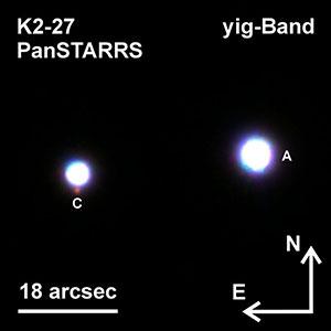 Das ca. 800 Lichtjahre entfernte Dreifachsternsystem des Planetenmuttersterns K2-27 (linker heller Stern) im Sternbild Löwe. Rechts davon ist der erste Begleitstern (A) deutlich zu erkennen. Knapp unterhalb von K2-27 findet sich der schwach rötlich leuchtende zweite Begleitstern (C). Copyright: Mugrauer, PanSTARRS