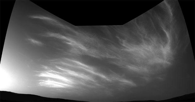 "Symbolbild: Wolken am Himmel über dem Mar-Krater Gale. Fotografiert vom NASA-Rover ""Curiosity"" am 17. Mai 2019. Copyright: NASA/JPL-Caltech"