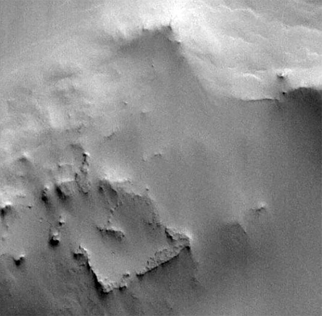 """Symbolbild: Rechteckige Ruinen in der Mars-Region Arabia Terra – oder nur eine Laune der Natur? Diese Frage stellt HYPER-SETI und soll nach """"Anomalien"""" in sonst bekannten Umgebungen auf der Erde, anderen Planeten und im All suchen. Die Originalaufnahme und weitere Bildinformationen der NASA finden Sie HIER. Copyright: NASA"""