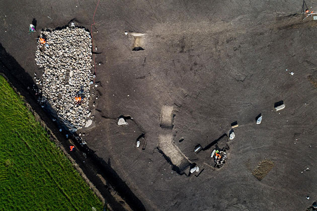 Das Luftbild der Ausgrabungsstätte zeigt das Steinhügelgrab und einige der Menhire. Copyright/Quelle: Denis Gliksman / INRAP