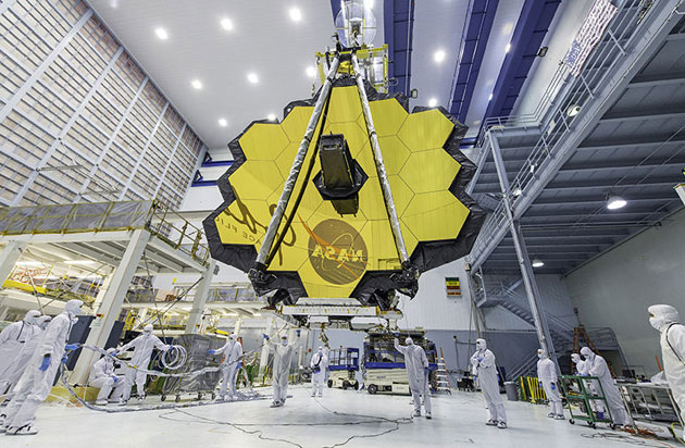 "Die Spiegel des ""James Webb Space Telescopes"" bei der Montage. Copyright: NASA"