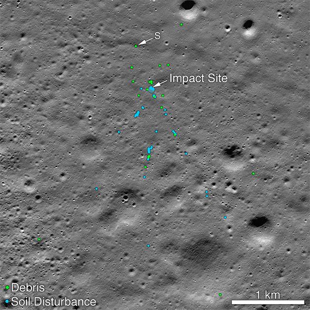 """LRO-Aufnahme vom 11. November zeigt die Absturzstelle (Impact Site) des indischen Mondlanders """"Vikram"""" mitsamt einem kleinen Trümmerfeld. Die grün markierten Stellen identifizieren NASA-Wissenschaftler als wahrscheinliche Trümmer des Landers; blaue Markierungen verweisen auf Spuren des Absturzes im Mondboden, wie sie auf früheren Aufnahmen noch nicht zu finden sind. Copyright: NASA/Goddard/Arizona State University"""