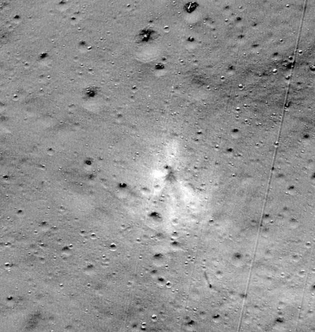 """Einschlagsort der indischen Landeeinheit """"Vikram"""" (Bildmitte) auf dem Mond. Copyright: NASA/Goddard/Arizona State University"""