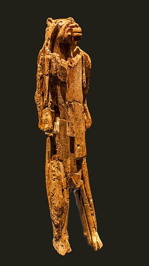 """Der aus Elfenbein gefertigte, bis zu 40.000 Jahre alte """"Löwenmensch vom Hohlenstein-Stadel"""". Copyright: Dagmar Hollmann (via WikimediaCommons) / CC BY-SA 3.0"""