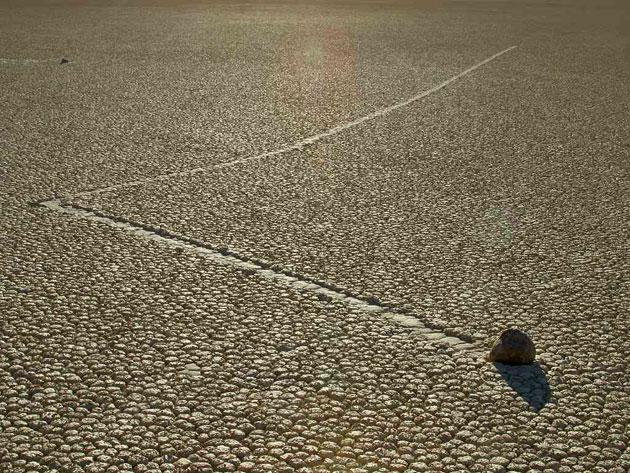 Archivbild: Ein gewanderter Stein im kalifornischen Death Valley Copyright: Jon Sullivan, gemeinfrei