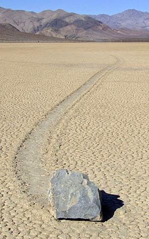 Archivbild: Gewanderter Stein im Death Valley Copyright: Lgcharlot (via WikimediaCommons), CC-BY-SA 3.0