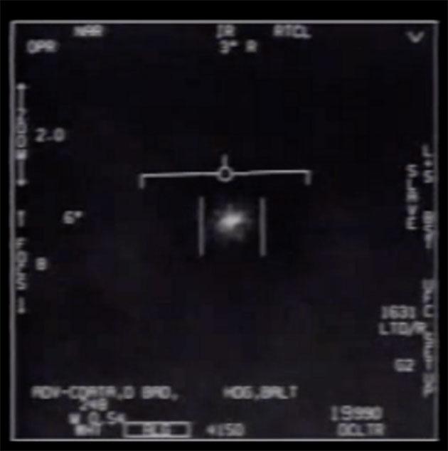 """Standbild aus dem auch als """"Tic-Tac-UFO""""-Video bekannt gewordenen Mitschnitt der Infrarotaufnahmen der F/A-.18-Super-Hornet. Copyright: Department of Defense/Department of Defense"""