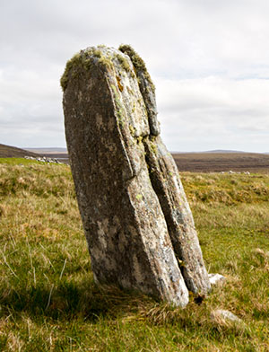"Der heutige Einzelstein ""Airigh na Beinne Bige"" (Callanish 11). Copyright/Quelle: snapr (via Megalithic.co.uk)"