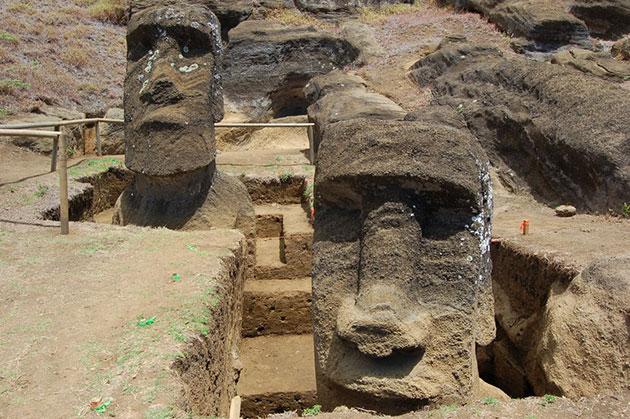 Die beiden bei Ausgrabungen im Steinbruch Rano Raraku auf der Osterinsel entdeckten Moai. Copyright: Easter Island Statue Project