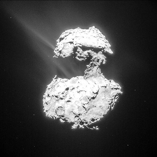 Gas und Staub steigen von der Oberfläche des Kometen 67P/Churyumov-Gerasimenko auf, während sich der Komet dem sonnennächsten Punkt auf seiner Umlaufbahn näherte. Copyright: ESA/Rosetta/NAVCAM