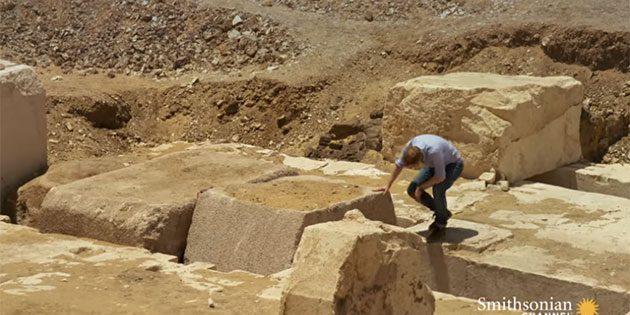 Ein tonnenschwerer Kalksteinblock verschließt und versiegelt die Grabkammer der einstigen Anlage. Copyright/Quelle: Smithsonian Channel