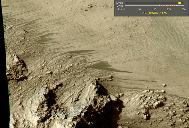 """Fließspuren an Kraterwänden auf dem Mars, sogenannte """"Recurring Slope Lineae"""" RSL. Copyright:NASA"""