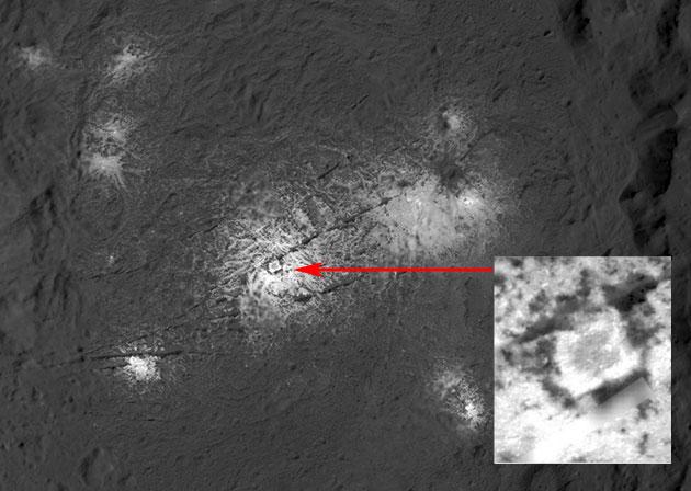 """Dawn-Aufnahme der hellen Flecken """"Vinalia Faculae"""" im Innern des Occator-Kraters auf Ceres. Im zentralen Teil ist eine quadratische Struktur zu sehen (siehe Ausschnittsvergrößerung), die nicht nur menschlichen Betrachtern merkwürdig erscheint. Copyright: NASA/JPL-Caltech/UCLA/MPS/DLR/IDA/PSI"""