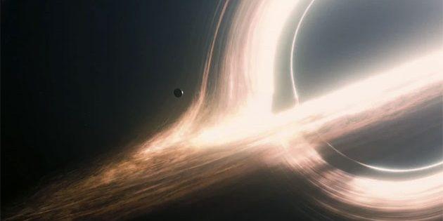 """Symbolbild: Ein Planet umkreist ein supermassereiches Schwarzes Loch, Filmszene aus """"Interstellar"""". Copyright: Paramount/Warner Brothers/The Kobal Collection"""