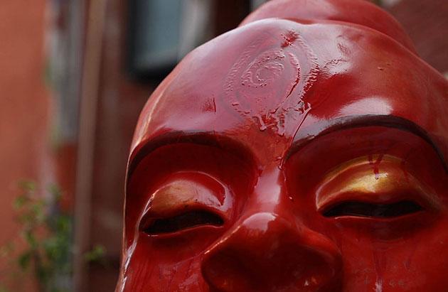 """Eine mit heiligen Symbolen verzierte Yeti-Figur der Tourismus-Kampagne """"Visit Nepal 2020"""". Copyright/Quelle: nepalitimes.com"""