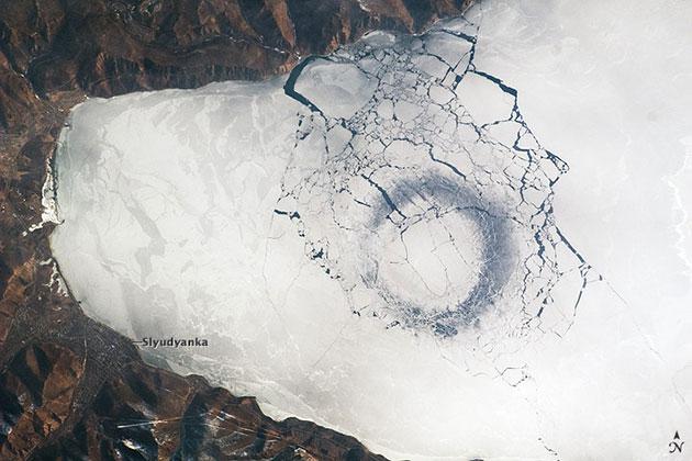Eisringe im Baikal 2009. Copyright/Quelle: ISS/NASA/MODIS