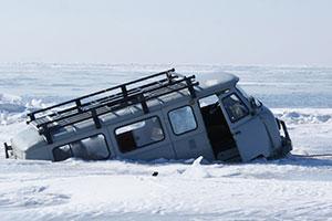 Ein in das ausgedünnte Eis eines Baikal-Eisringes eingebrochener Kleinbus. Copyright/Quelle: Kouraev et al. / earthobservatory.nasa.gov