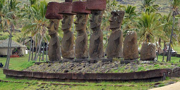 Viele der monumentalen Moai-Statuen stehen auf Ritualplattformen, der sogenannten Ahu. Copyright: University Communications