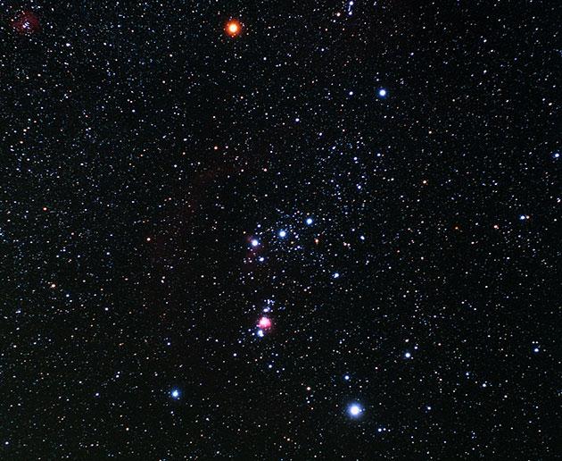 "Das Sternbild Orion mit dem (rechten) oten ""Schulterstern"" Beteigeuze. Copyright: TheStarmon (via WikimediaCommons) / CC BY-SA 3.0"