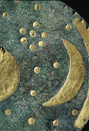 Detail der Himmelsscheibe von Nebra: Die Stellung des mehrere Tage alten Sichelmondes zu den Plejaden gab den Zeitpunkt für das Einfügen einen Schaltmonats vor: Steht im Frühlingsmonat eine sehr schmale Mondsichel bei den Plejaden, dann ist alles im Takt, steht eine dickere, ungefähr 4,5 Tage alte Mondsichel bei den Plejaden, dann muss geschaltet werden. Copyright: Landesamt für Denkmalpflege und Archäologie Sachsen-Anhalt, Juraj Lipták