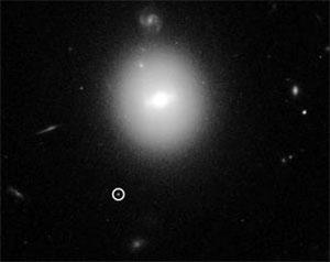 """Hubble-Aufnahme des vermutlich intermediären Schwarzen Lochs """"J215-0551"""" (siehe Kreis u.l.) in der Nachbarschaft eines Sternen-Clusters der Galaxie """"Gal1"""". Copyright: NASA/ESA und D. Lin/ University of New Hampshire"""