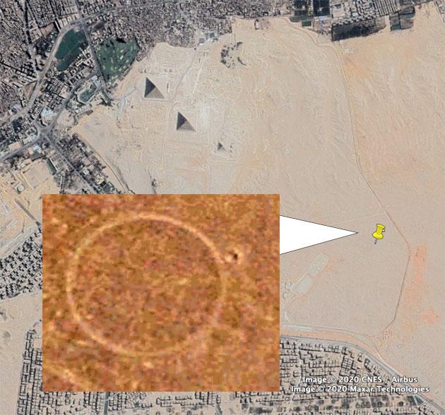 """Ein """"Ring mit kleinem Satellitenkreis"""" mit einem Durchmesser von etwa 50 Metern ist auf den GoogleEarth-Satellitenfotos der Pyramiden von Gizeh (o. r.) nahe Kairo zu sehen. Copyright/Quelle: GoogleEarth / DigitalGlobe / Detailvergrößerung wurde kontrastverstärkt"""