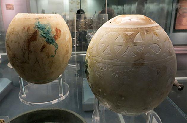 Weitere dekoriertes Straußeneier aus dem Isis-Grab, Vulci, Italien. Copyright/Quelle: Jononmac46, Universität Bristol / British Museum