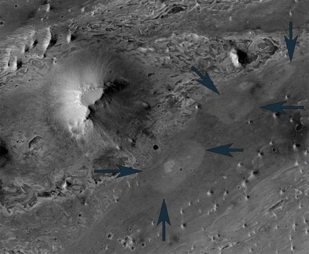 Die beiden hellen ansatzweise Strukturen im Innern des Mars-Kraters Vernal vergleichen Geologen mit den Überresten urzeitlicher heißer Quellen auf der Erde. Copyright/Quelle: Oehler et al. 2020 / NASA