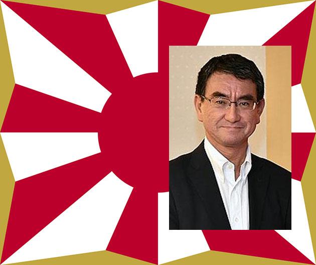 Der amtierenden japanische Verteidigungsminister Taro Kono vor dem Hintergrund der Flagge der japanischen Selbstverteidigungsstreitkräfte. Quelle/Copyright: mofa.go.jp (Collage: grewi.de)