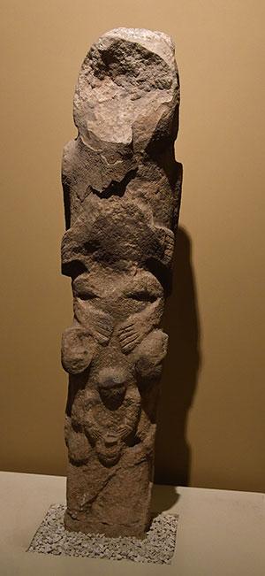 Totempfahl mit anthropomorphen Darstellungen aus Göbekli Tepe. Copyright: Dosseman (via WikimediaCommons) / CC BY-SA 3.0