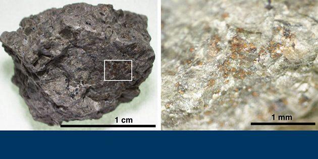 """Ein Gesteinsfragment des Marsmeteoriten """"ALH 84001"""" (l.). Die Ausschnittvergrößerung (r.) zeigt die orangefarbenen Karbonatkörner. Copyright/Quelle: Koike et al. (2020) Nature Communikations"""