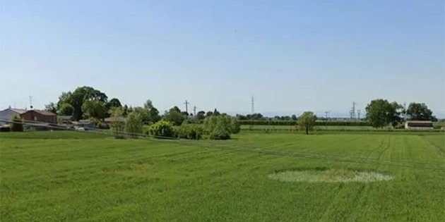 Blick auf den ersten Kornkreis des Jahres 2020, entdeckt am 8. Mai nahe Saterna. Quelle: www.corriereromagna.it