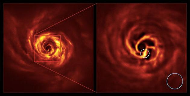 """Die Bilder des AB Aurigae-Systems zeigen die Scheibe um das System herum. Das Bild rechts ist eine vergrößerte Version des Bereichs, der durch ein rotes Quadrat auf dem Bild links angezeigt wird. Es zeigt den inneren Bereich der Scheibe, einschließlich des sehr hellgelben """"Knicks"""" (weiß eingekreist), der nach Ansicht der Wissenschaftler die Stelle markiert, an der sich ein Planet bildet. Diese Biegung liegt etwa in der gleichen Entfernung vom Stern AB Aurigae wie Neptun von der Sonne. Der blaue Kreis stellt die Größe der Umlaufbahn von Neptun dar. Copyright: ESO/Boccaletti et al."""
