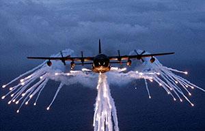Eine Lockheed MC-130 stößt sog. Flares aus. Copyright: gemeinfrei