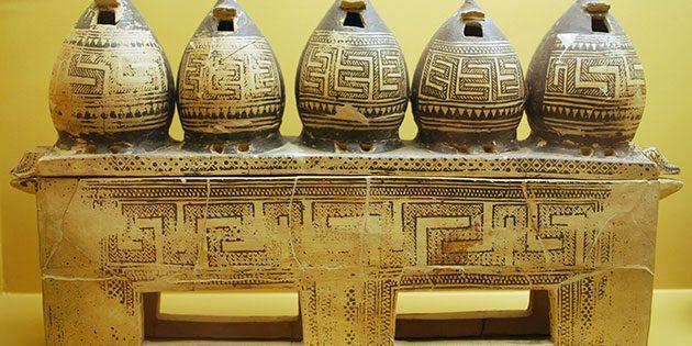 Attische Keramikkiste mit Miniaturimitationen von Getreidespeichern des Frühgeometrisch II aus Athen. Ihre Datierung wird aufgrund der neuen C-14-Daten beeinflusst. Copyright: Stefanos Gimatzidis/ÖAW