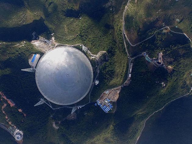"Blick auf das ""Five-hundred-meter Aperture Spherical Telescope"" (FAST). Copyright: FAST"