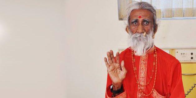 Sadhu Prahlad Jani während der Untersuchungen 2010. Copyright: unbek.