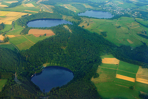 Blick auf drei wassergefüllte Maare in der Eifel (Gemündener Maar, Weinfelder Maar, Schalkenmehrener Maar). Copyright: Martin Schildgen (via Wikimedia Commons) / (CC BY-SA 4.0)