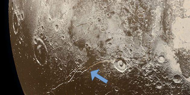 Dehnungsfalten auf der Oberfläche von Pluto (siehe Pfeile) weisen auf eine Ausdehnung der eisigen Kruste des Zwergplaneten hin, die auf das Einfrieren eines unterirdischen Ozeans zurückzuführen sind. Copyright: NASA / Labor für Angewandte Physik der Johns Hopkins University / Southwest Research Institute / Alex Parker