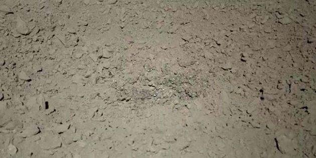 Nahaufnahme der glitzernden Materials in einem kleintsen Krater auf der Rückseite des Mondes. Copyright: CNSA/CLEP