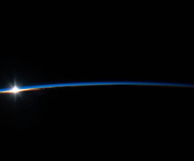 Blick auf die Erdatmosphäre bei Sonnenaufgang. Copyright: NASA