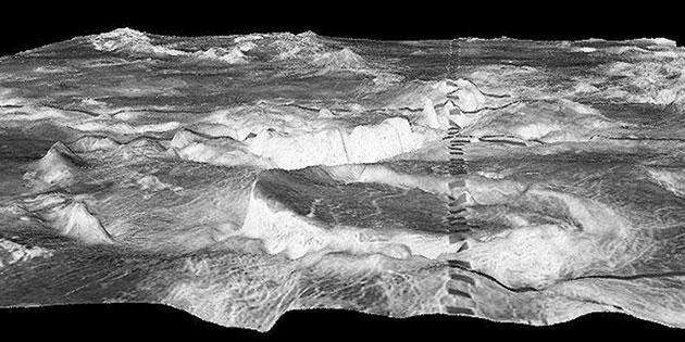 Der kreisrunde Berg im Vordergrund ist eine 500 Kilometer große Corona in der Galindo-Region der Venus. Die dunklen Rechtecke sind ein Artefakt. Copyright: NASA/JPL/USGS