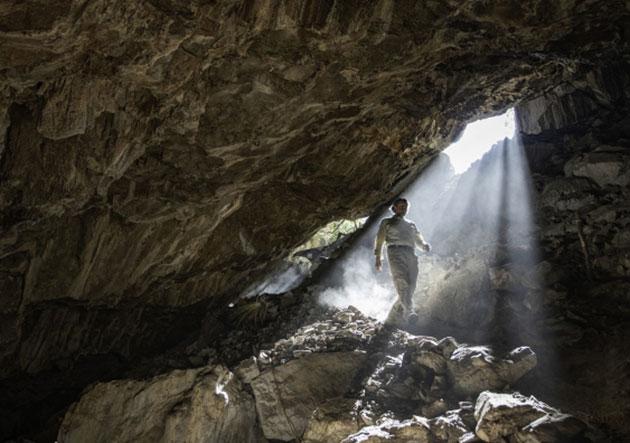 Die Archäologin Dr. Lorena Becerra-Valdivia im Eingang der zentralmexikanischen Chiquihuite-Höhle. Copyright: Devin A. Gandy