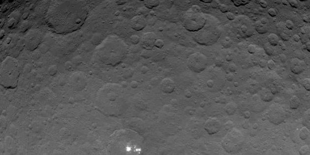 """Die """"hellen Flecken"""" im Ceres-Krater Occator, aufgenommen von der NASA-Sonde DAWN mit einer Auflösung von 700 Metren pro Pixel. Copyright: NASA/JPL-Caltech/UCLA/MPS/DLR/IDA"""