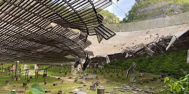 Der von einem gerissenen Kabeln geschlagenen Schaden in der Antennenschüssel des Radioteleskops von Arecibo. Copyright: UCF