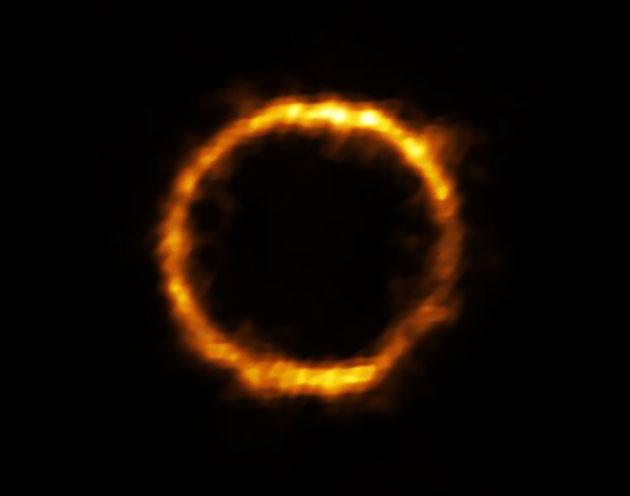 Das Licht der Galaxie, SPT0418-47, wird von einer nahen Galaxie gravitativ verzerrt und erscheint am Himmel als nahezu perfekter Lichtkranz. Copyright: ALMA (ESO/NAOJ/NRAO), Rizzo et al.