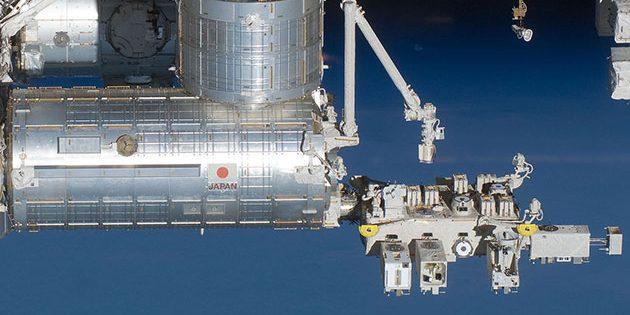 Das japanische Kibo-Modul der ISS mit seiner externen Experimental-Containern (r.). Copyright: Public Domain.